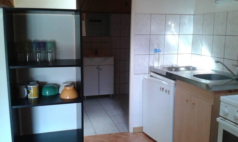 coin cuisine et salle de bain avec porte