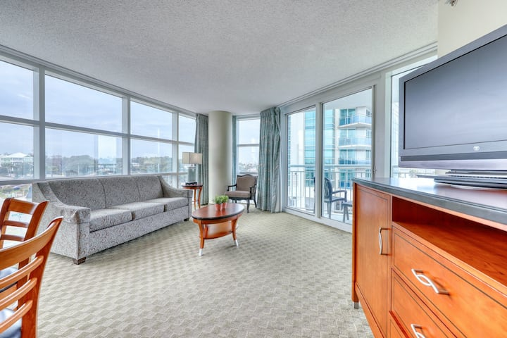 Bright, waterfront condo w/ ocean views, shared pools, lazy river, fitness room