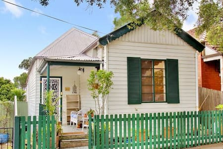 Private bedroom in a beautiful house - Leichhardt