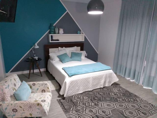 Una suite acogedora, super ducha y café practico