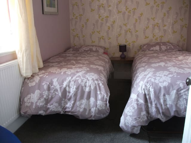 Comfy room, sleeps 1-2 5min walk to shop and beach - Clacton-on-Sea - House