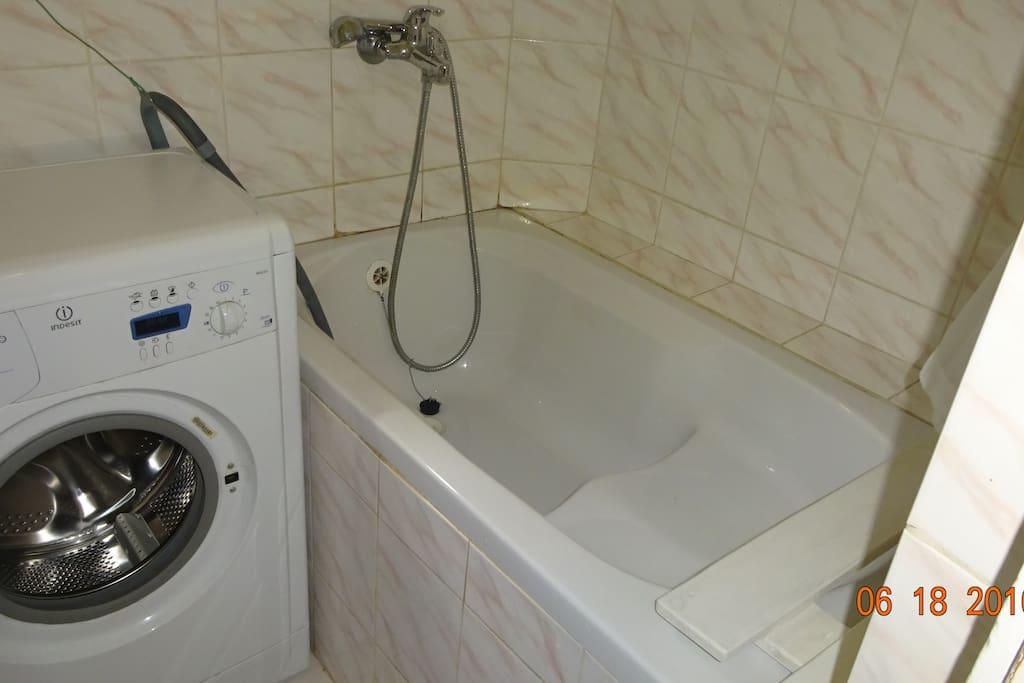 koupelna s pračkou, vanou a umyvadlem