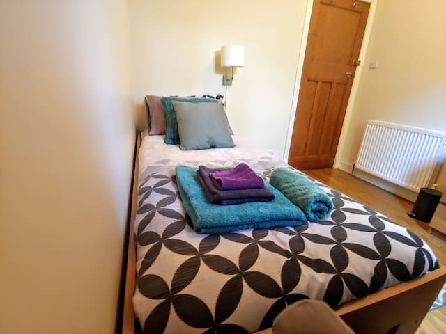 Single bedroom close to city center with bfast inc