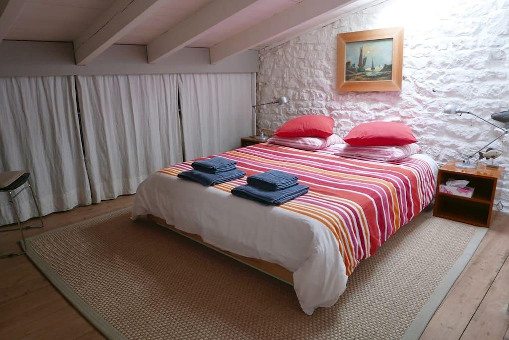 La chambre avec son lit de 160...