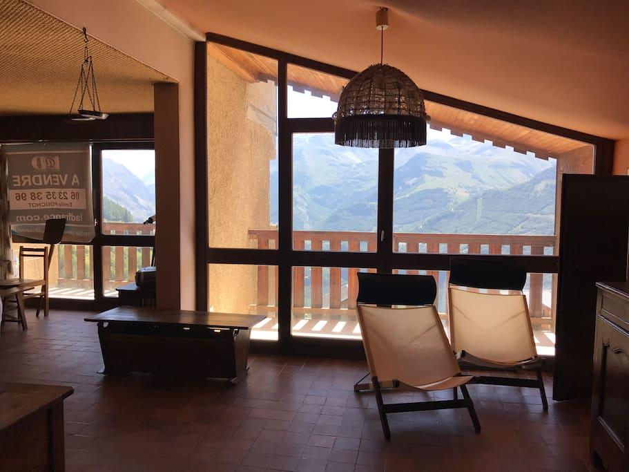 Coin salon avec une première terrasse