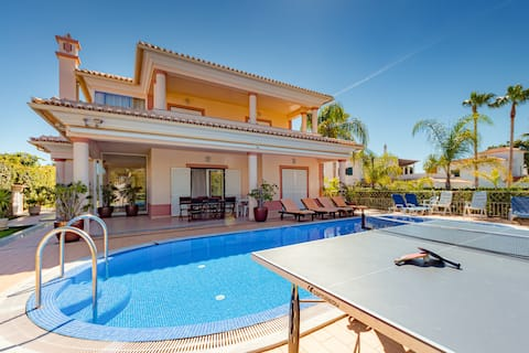 Villa Cor de Rosa is a modern, spacious villa close to Albufeira
