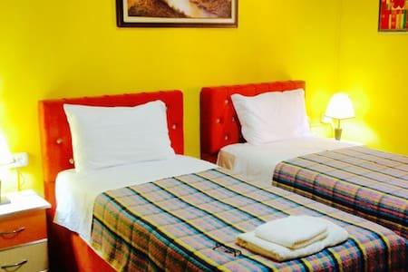 HOTEL VILA 15 - Yellow Deluxe Room - Tiranë