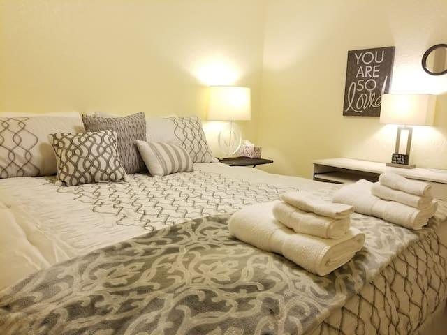 Serenity! Cal-King Bedroom; 5 min Hwy I-5 & Bethel