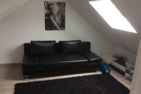 Chambre + espace bureau dans maison de ville - Méry-sur-Oise