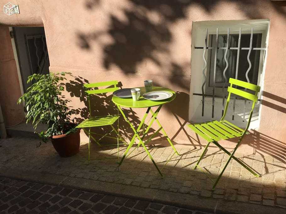table à l'extérieur, afin de profiter du beau temps