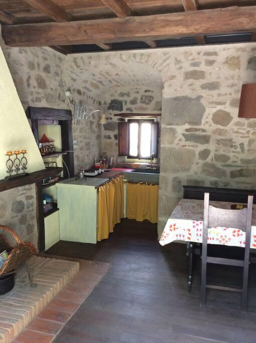 Angolo cottura con lavabo in pietra