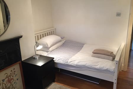 Twin bedded room in heart Cambridge - Κέμπριτζ