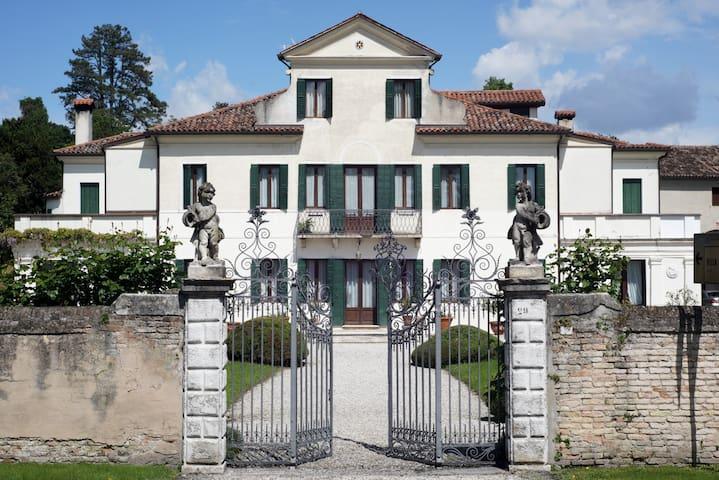 Portico flat,  villa veneta con parco, Venezia