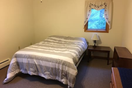Cozy Bedroom Close to Colby - Waterville