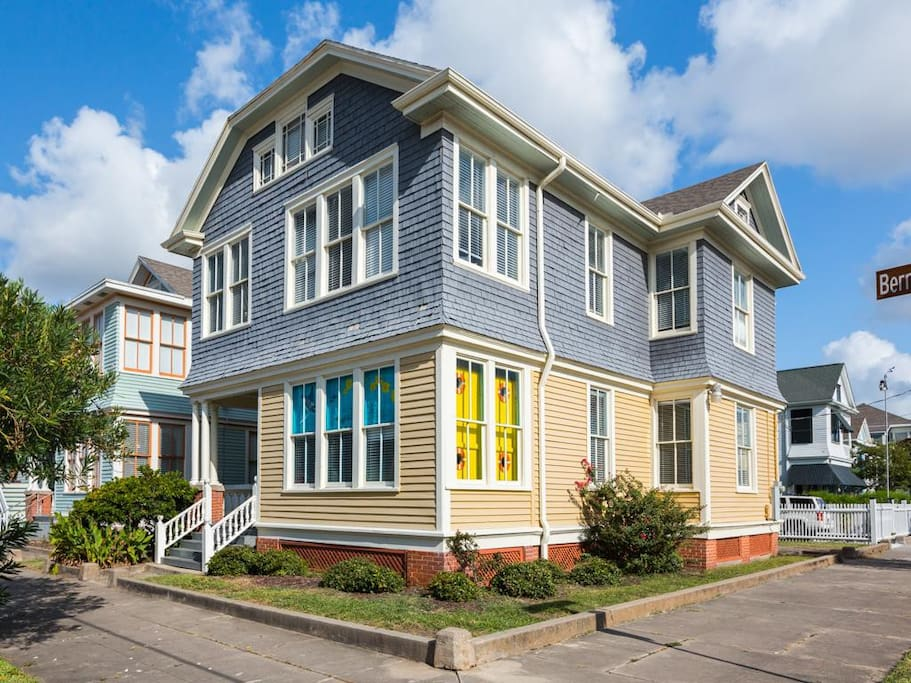 The Yellow Submarine House Walk To Seawall Houses For Rent In Galveston Texas United States