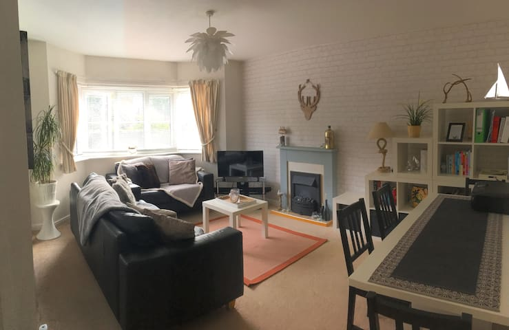 Modern 1 bed apartment near town centre