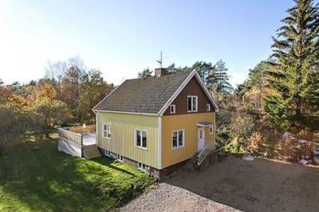 Naturnära villa uthyres, nära Lysekil.
