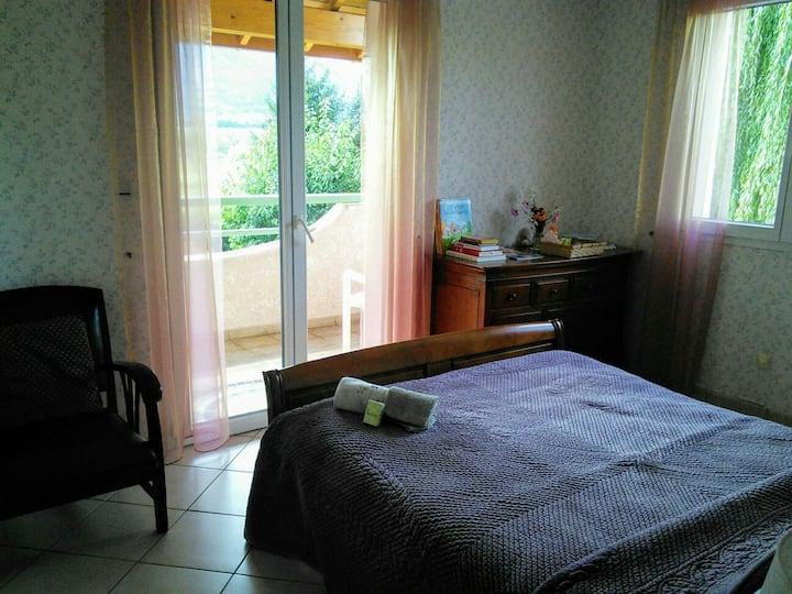 Chambre double, balcon, vue sur falaise de Ceüze