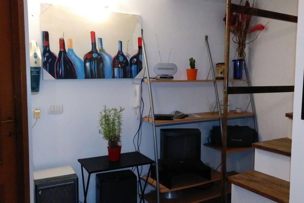 Libreria con tv nel soggiorno