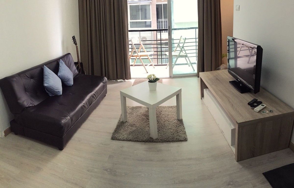 Cozy private large room nearmrt wifi pool gym condominiums for