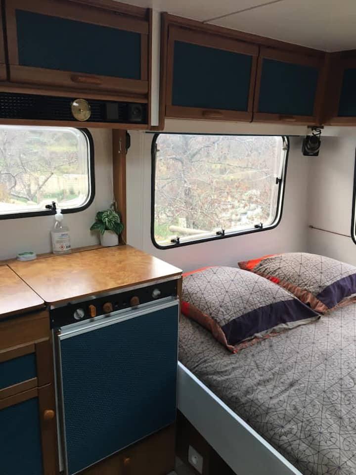 Caravane sur camping en Ardèche bord de rivière