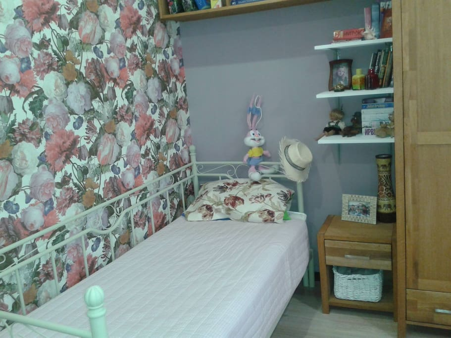 Это сдаваемая комната. Односпальная кушетка раскладывается в двуспальную кровать