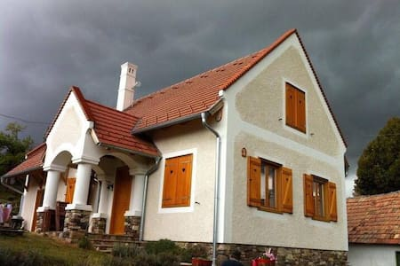 Cosy and peaceful holiday house for all 4 seasons - Balatonhenye - Gæstehus