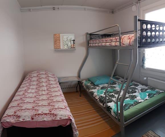 Kodikas huone 1-4vieraalle, alle 2km keskustaan