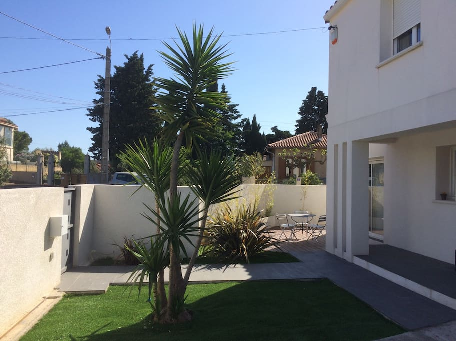 Jardin devant maison avec terrasse