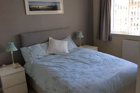 Comfortable double room in our home - Farnborough - Rumah