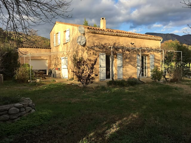 Charmante petite maison au pied des collines - Mezel - บ้าน