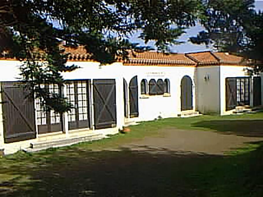 Façade sud de la villa avec l'entrée et les chambres donnant sur le parc