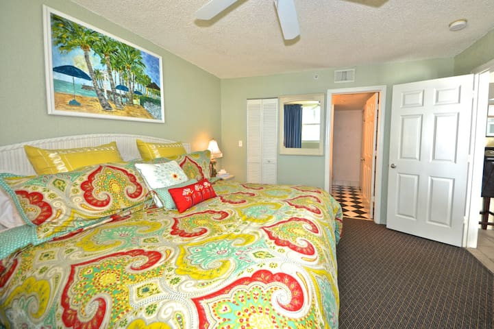 West-facing, Sunrise Suites condo w/ shared pool & hot tub, tennis, free parking