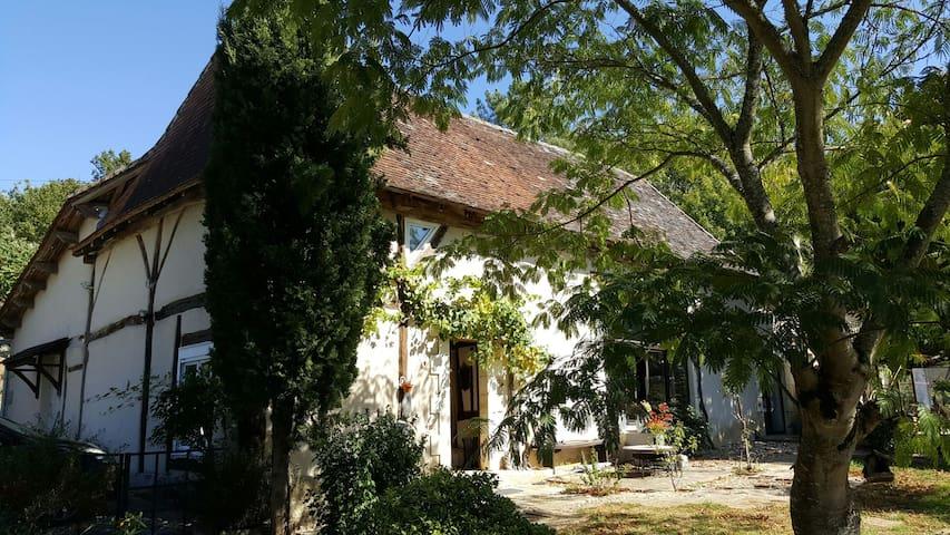 Chambre d hôte  Ora  85 euros 4 per - Saint-Laurent-des-Hommes - Bed & Breakfast