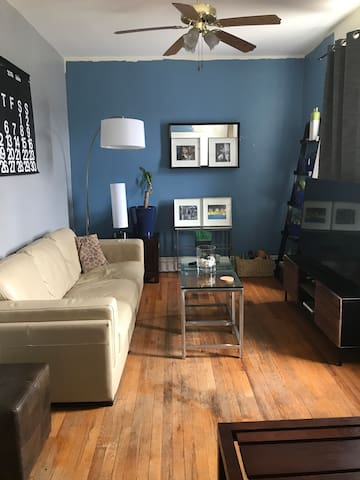 Andersonville area close to shops and restaurants!