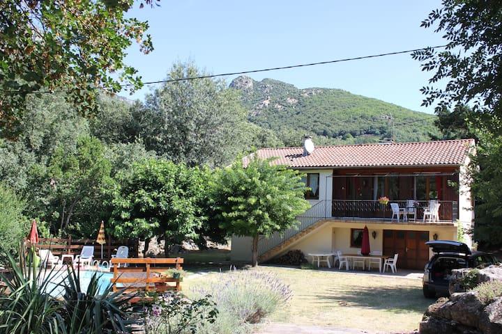 maison calme avec jardin et piscine - Colombières-sur-Orb - Casa