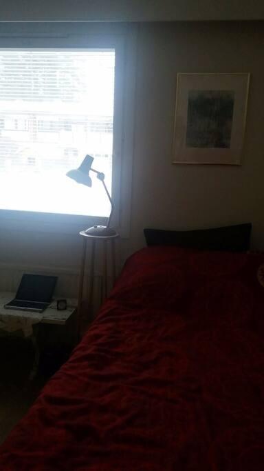 Makuuhuoneissa on yksi vuode + lattiapatja.