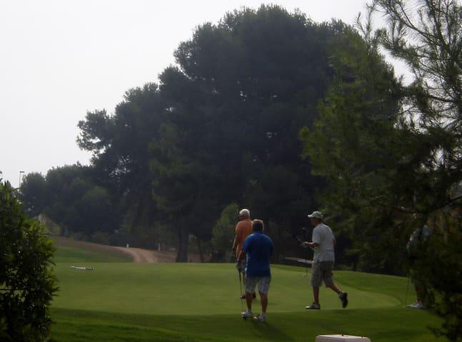 golf à côté de la villa