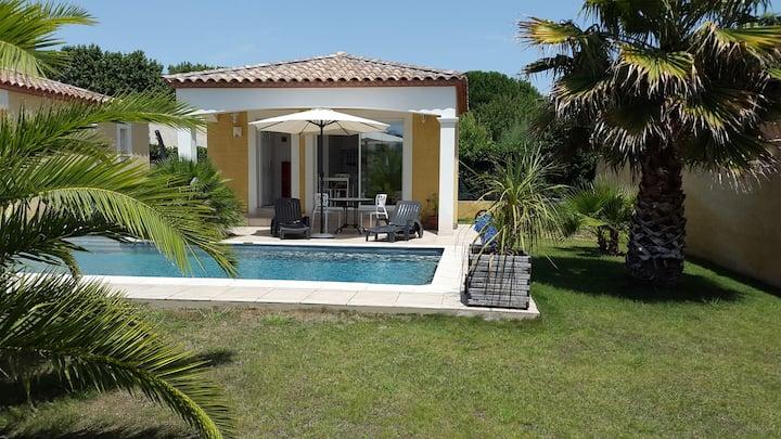Petite villa dans propriété avec piscine