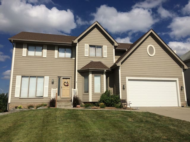 4BR family home with room for everyone - Omaha - House