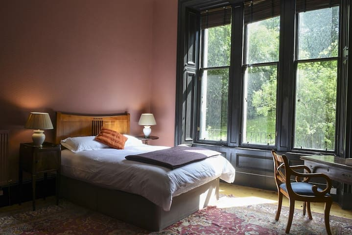 Large Victorian townhouse in Glasgow's West End, near Glasgow University. Sleeps up to 10