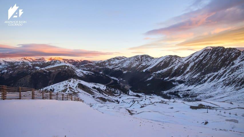 Central to Ski Resorts/Denver 1 bd  suite, views
