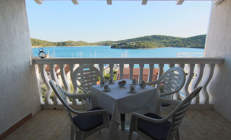 2BD, wifi, large balcony - Tisno - House