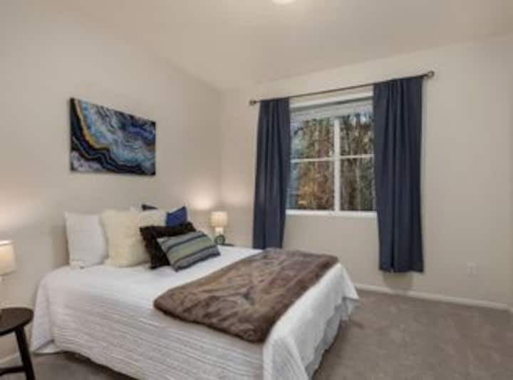 Beautiful bedroom in central sammamish