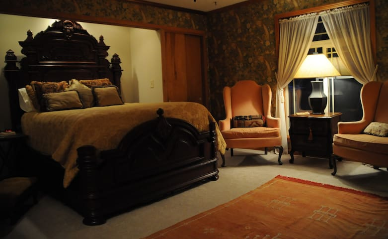 The Gold Room - Cascade Hollow Lodge