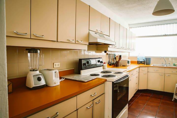 The kitchen is equipped with everything you need to cook. / La cocina está equipada con todo lo que necesitas para cocinar.