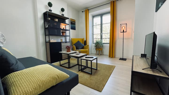 Le Yellow Corner Voironnais by CELEST HOME