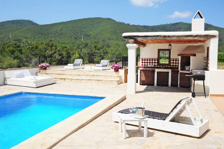 Great room in villa with pool -close to Ibiza town