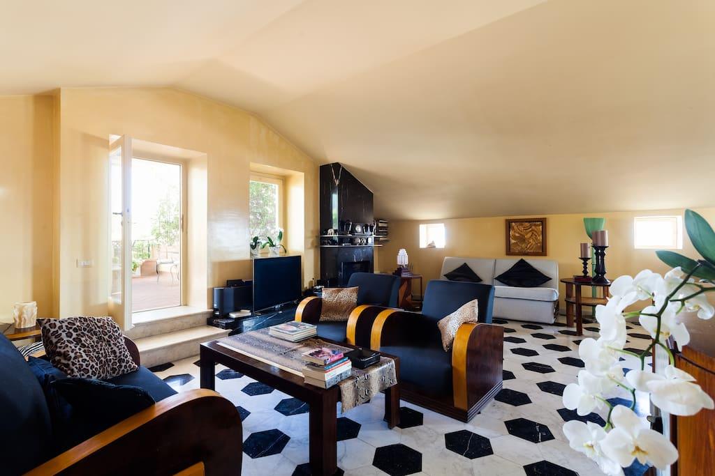 Living Room arredata in stile Art-Decò con salotto e divano letto.