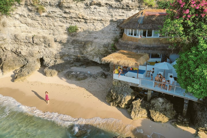 Secret house directly on the beach